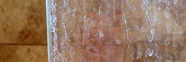 Dušo kabinos stiklo korozija, kalkės, muilo liekanos